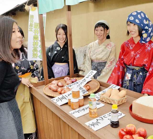 城下町の住人にふんして、野菜や米を販売する生徒たち=8日、福井市の一乗谷朝倉氏遺跡