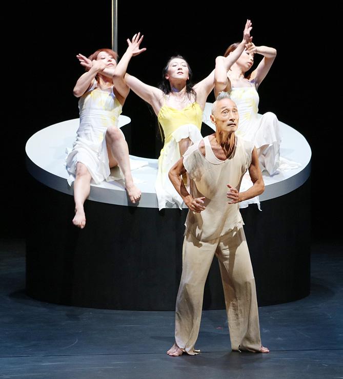 精神性が表現された「金糸雀」のステージ=県利賀芸術公園「利賀大山房」