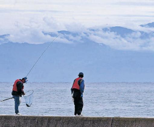 海越しに威容を見せる北アルプスの峰々=珠洲市飯田港