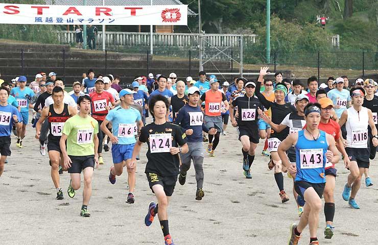 登山マラソンの部「白山社コース」のスタートを切る選手たち=10日、飯田市