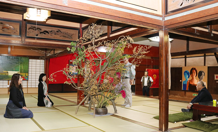 絵画や生け花など多彩な作品がそろう会場=旧宮崎酒造