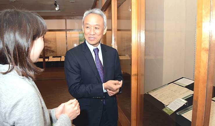 NHK大河ドラマ「真田丸」に合わせて開催中の真田宝物館特別企画展を見学する西村さん=13日、長野市