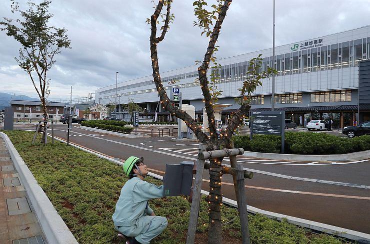 15日の点灯式を前に行われた試験点灯=13日、上越市の上越妙高駅前