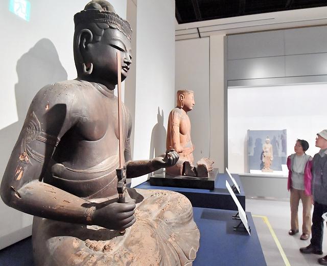 貴重な仏像をじっくりと観賞する来館者=14日、福井市立郷土歴史博物館