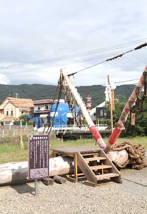 15日まで諏訪圏工業メッセが開かれている旧東洋バルヴ諏訪工場跡地の敷地内にある「御柱体験ひろば」