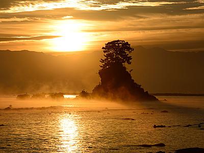 「気嵐」煙る金色の朝 高岡・雨晴海岸