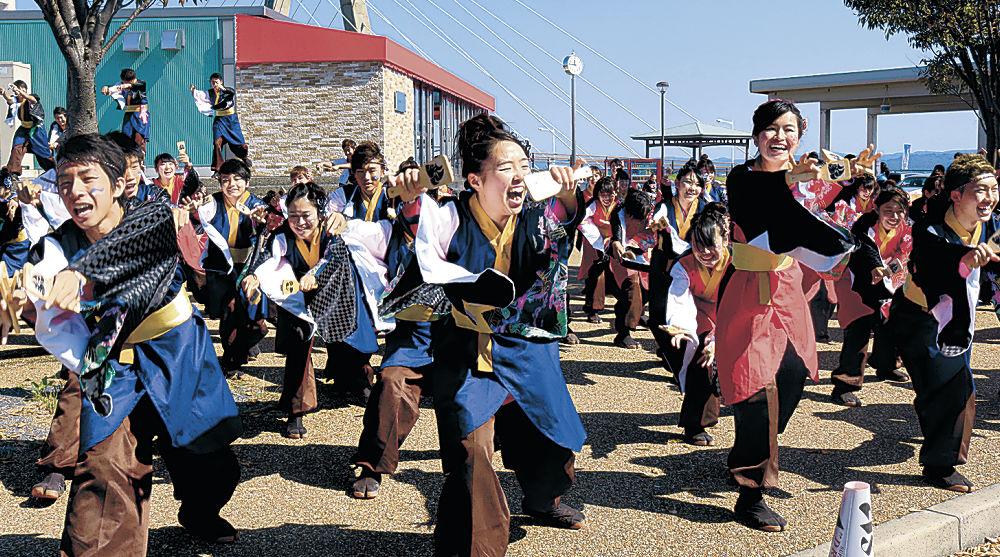 息の合った演舞を披露する出演者=15日午前11時45分、内灘町の道の駅「内灘サンセットパーク」