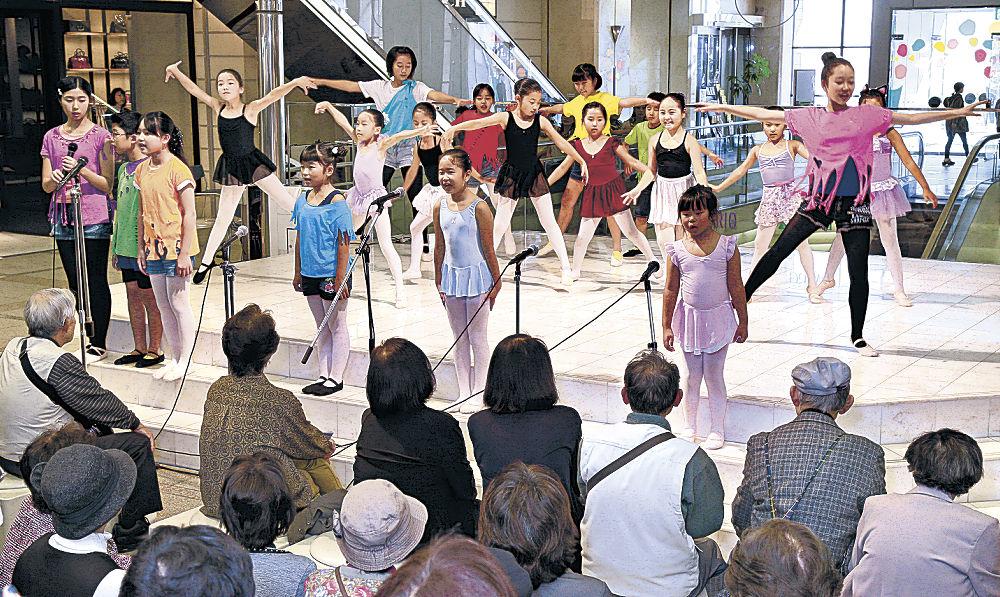愛らしい踊りや演技を披露する出演者=金沢市の香林坊アトリオ