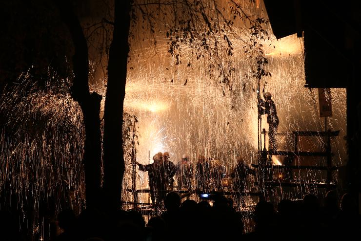 激しく火の粉を噴き散らす仕掛け花火=15日午後7時25分、阿智村清内路下清内路