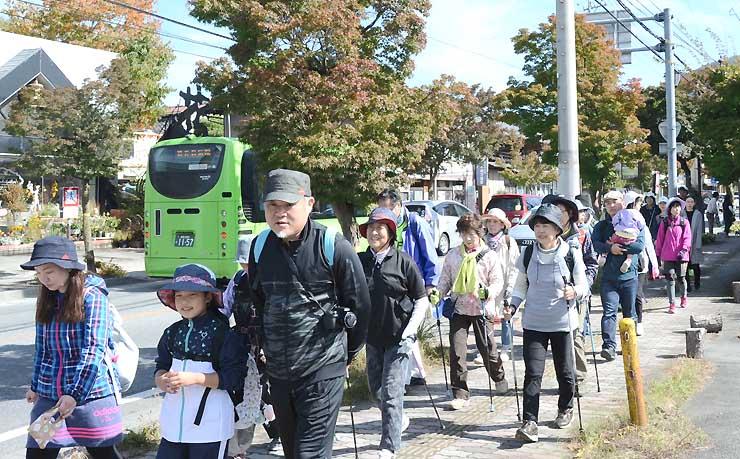 紅葉が進む軽井沢を散策する参加者たち