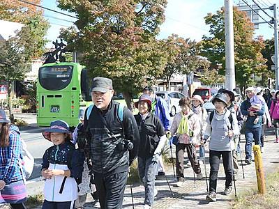 歩いて楽しむ秋の軽井沢 2コースに400人が参加