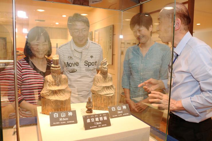 来館者に円空仏について説明する林館長(右)=猪谷関所館