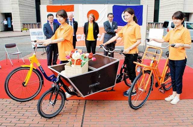 オランダのアムステルダム市から県に寄贈された3台の自転車