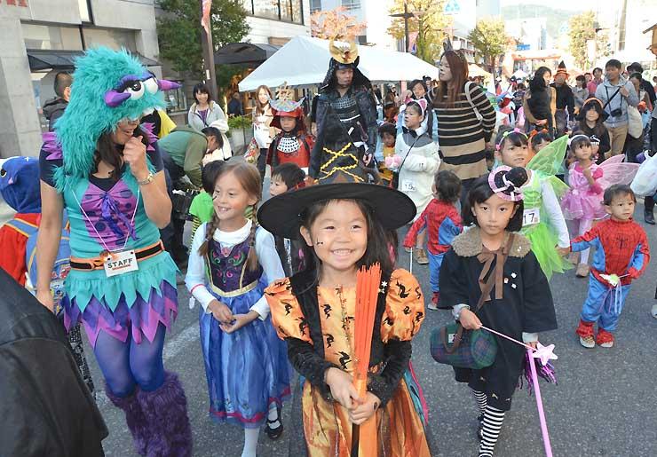 思い思いに仮装し、長野市中央通りを歩く親子連れら=2015年10月
