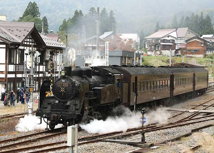 森宮野原駅を出発する蒸気機関車=19日午前10時半、栄村