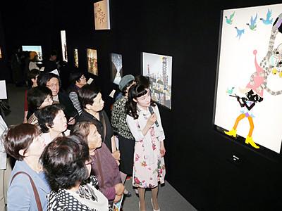 藤城清治展入場3万人超す 娘の亜季さんが解説
