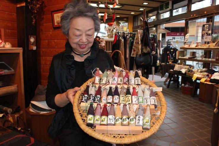 「越後・謙信SAKEまつり」で販売される「地酒飾り」=上越市