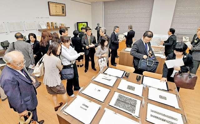 リニューアルされた「白川文字学の室」=21日、福井市の県立図書館