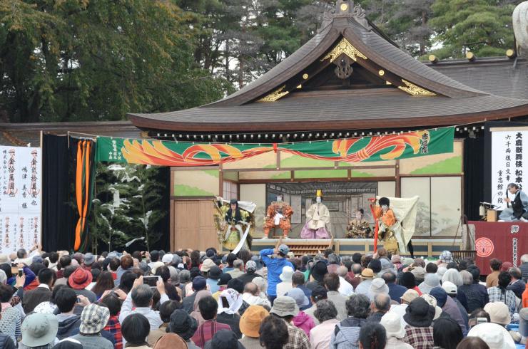 神社の拝殿や木々を背景に、役者たちが熱演した大鹿歌舞伎の松本公演