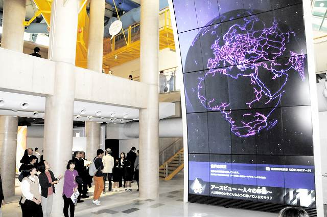 メイン展示物の巨大モニター「ジオ・エンゼル」。宇宙から見た地球のさまざまな情報などを映し出す=22日、福井県児童科学館