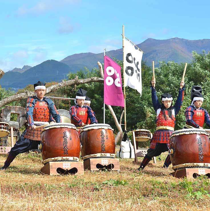 神川河川敷で和太鼓の演奏を披露する信州上田真田陣太鼓保存会