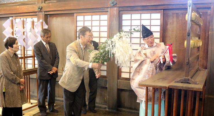 おりんと越前和紙の音色が響いた本殿=高岡関野神社