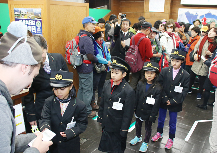 改札業務を体験する(左から)小柳さん、山本君、沓さん、中尾さん