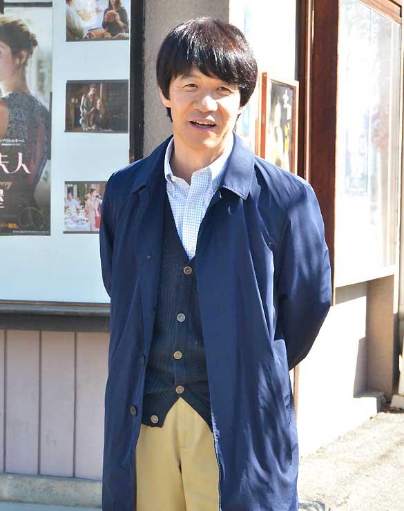 ロケで東座を訪れた内村さん=昨年11月、塩尻市