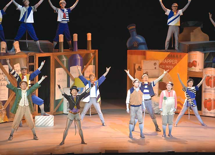児童らが鑑賞した劇団四季の「ガンバの大冒険」=24日、上田市
