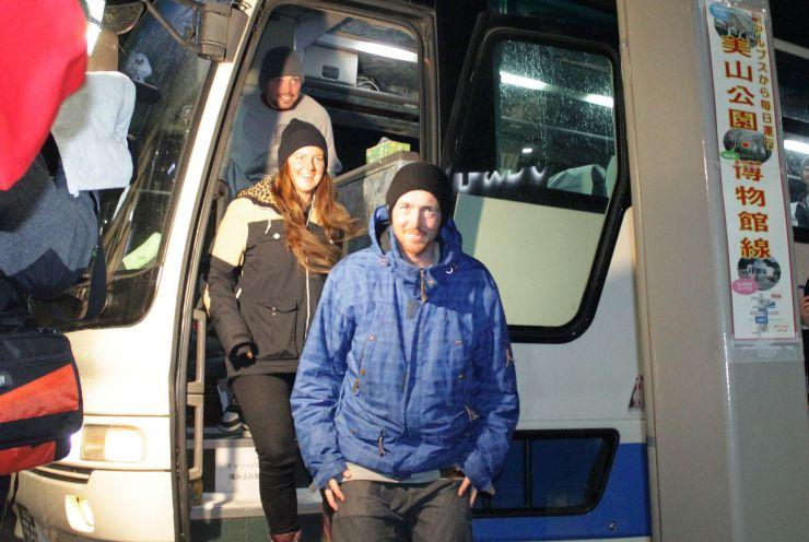 糸魚川青年会議所が企画したバスの運行事業で、白馬村から到着した外国人客=1月6日、糸魚川市