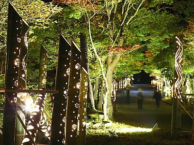 紅葉照らす竹筒の明かり 阿智・治部坂高原