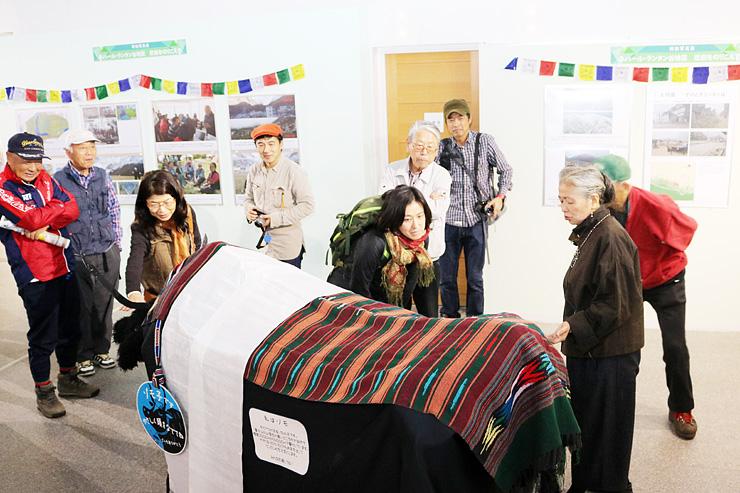 ゾモの人形など展示物を紹介する貞兼さん(右)=立山カルデラ砂防博物館