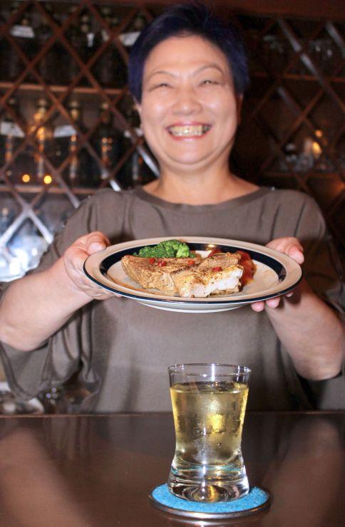 新津駅前のパブ「カントリー」で提供する飲み物とおつまみ=新潟市秋葉区