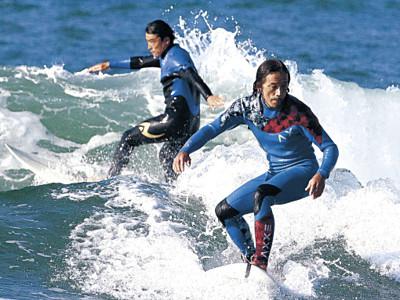 内灘海岸で波乗り満喫 県内暖か、9月下旬並み
