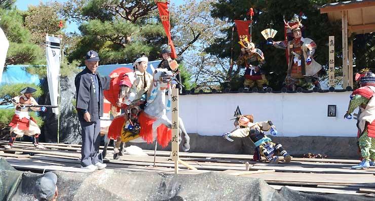 初陣の松平直政と真田信繁(右奥)らを表現した人形飾り