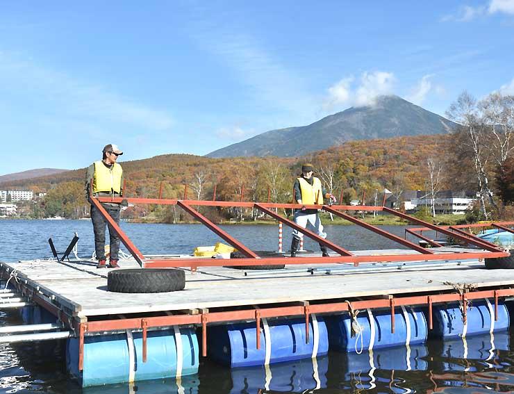 拡張するドーム船の土台を組み立てるスタッフら