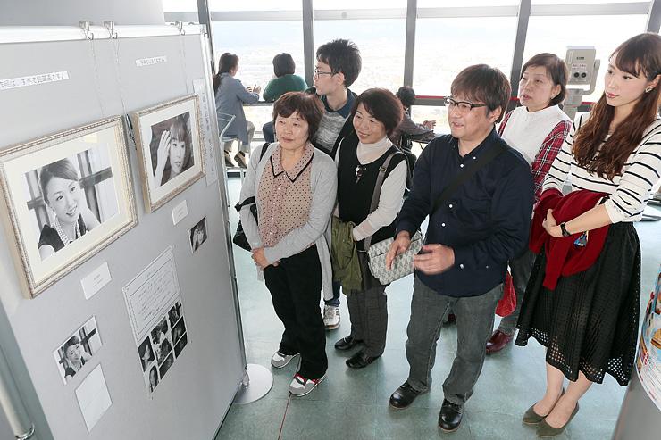 モデル(右)の横で、来場者に作品を説明する古谷さん(中央)