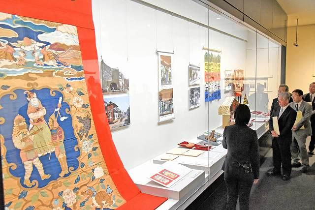 「山車綴れ錦見送幕」(左)をはじめ、祭りに使われる文化財なども並ぶ特別展「若狭のたから」=28日、小浜市の県立若狭歴史博物館