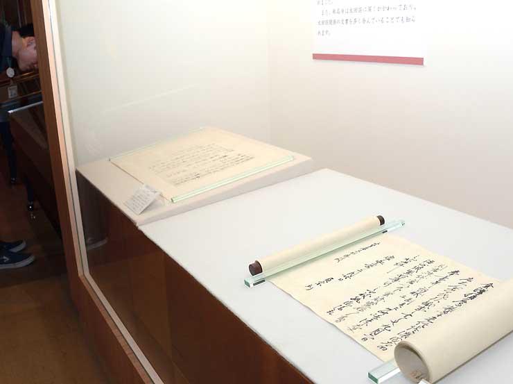 長野市立博物館の特別展示で新たに並んだ国宝の古文書