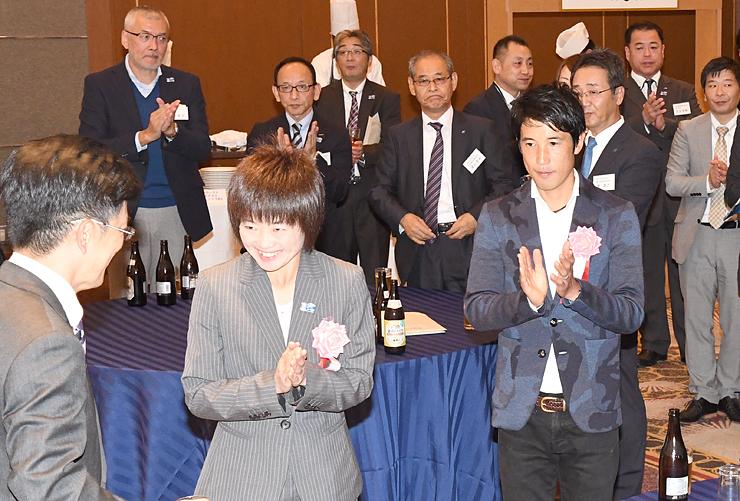 富山マラソンのレセプションに出席した野尻選手(手前中央)と藤原選手(同右)=富山第一ホテル