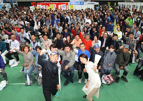 富山マラソンに向けて意気込みを見せる参加者とゲストの有森さん(手前右)、金さん(同左)=富山市総合体育館