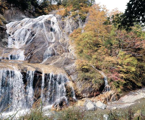 紅葉が見頃となった姥ケ滝の周辺=白山白川郷ホワイトロード
