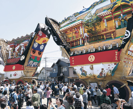三つの町から大地主神社に勢ぞろいした青柏祭の「でか山」=5月4日、七尾市山王町
