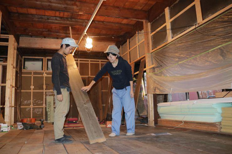 ゲストハウスを開業するため、民家を改装する大桃理絵さん(右)=新潟市中央区沼垂東2