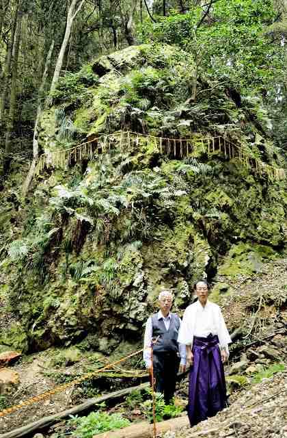 高浜町で見つかった大岩。手前は赤坂宮司(右)と氏子総代の冨田さん=同町宮崎
