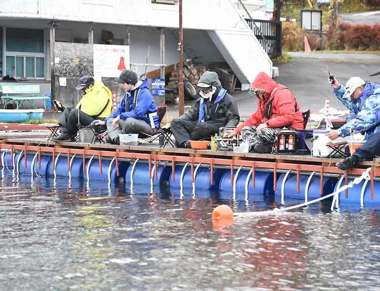 桟橋につないだドーム船上から釣り糸をたらす人たち=1日午前9時45分、白樺湖