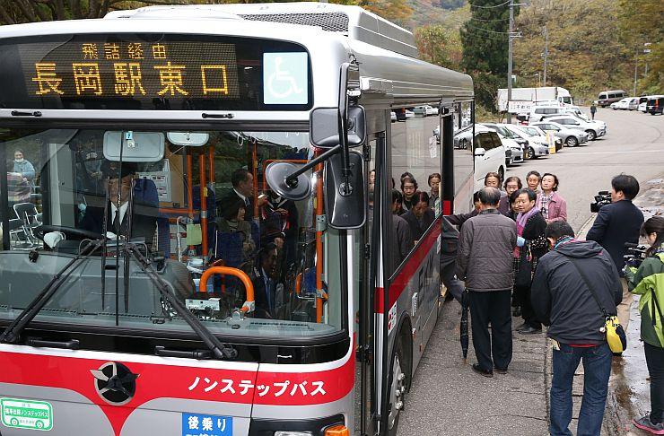 復活した路線バスの第1便に乗り込む住民ら=1日午前7時すぎ、長岡市蓬平町