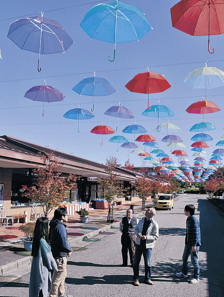 青空に映える5色のスカイパラソル=能美市泉台町の九谷陶芸村
