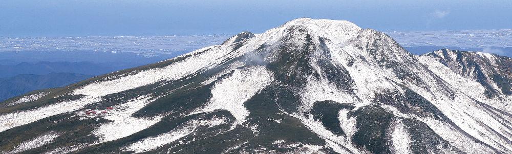 雪化粧した白山山頂と奥に広がる加賀平野=北國新聞社ヘリ「あすなろ」から