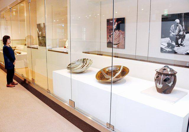 濱田庄司の作品54点を並べた企画展=福井県越前町小曽原の県陶芸館